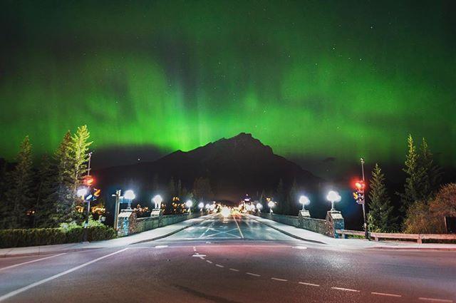 Wild northern lights over Banff Avenue! Photo- morganshakotko (IG) #mybanff https://t.co/FAsnj8IoNP