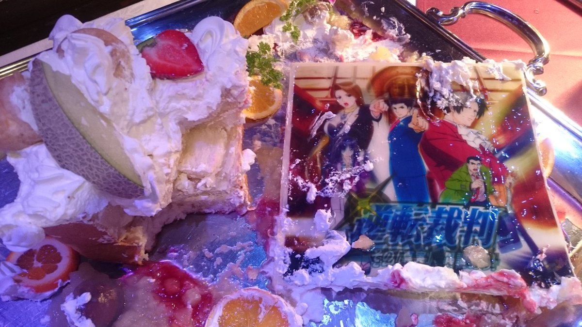 逆転裁判~打ち上げ馳せ参じたが~逆転ケーキも見る影ちょっと!な状態。でも付いてた今年お初メロンはゲット☆次もやっていいか