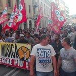 Centinaia di persone sfilano per le strade di #Padova contro il razzismo e le politiche di esclusione di #Bitonci. https://t.co/0wbq9TwYMw