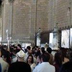 [#CoronacionPazSevilla] 22.15h Cruz de guía de @HermandadPaz a punto de entrar en Catedral @EstrellaCarre https://t.co/h6N3NRPHRh