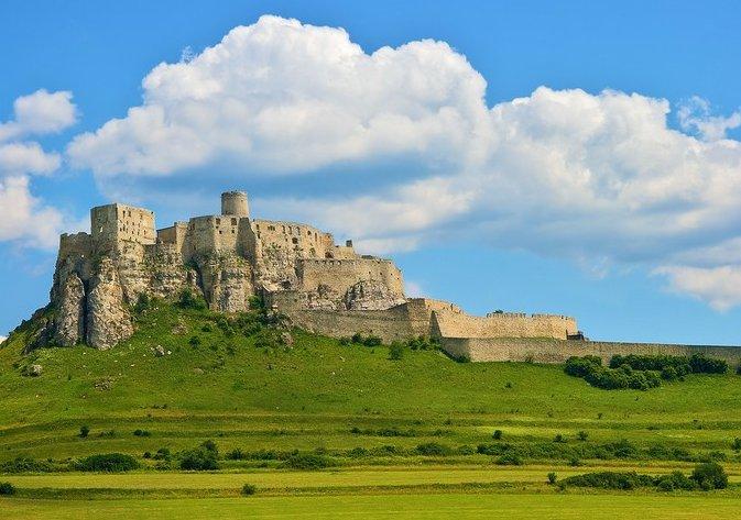 スピシュ城(スロバキア)スロバキア東部にある廃墟の城「スピシュ城」は、丘の上に孤立して存在する巨大なお城です。その風景は