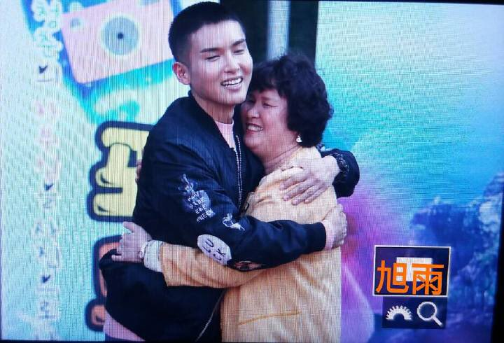 [161011] Ryeowook's enlistment: Wook hugging his mum #WaitingForRyeowook #려욱아사랑해 cr: 旭雨_allure https://t.co/EoKnJsSyte