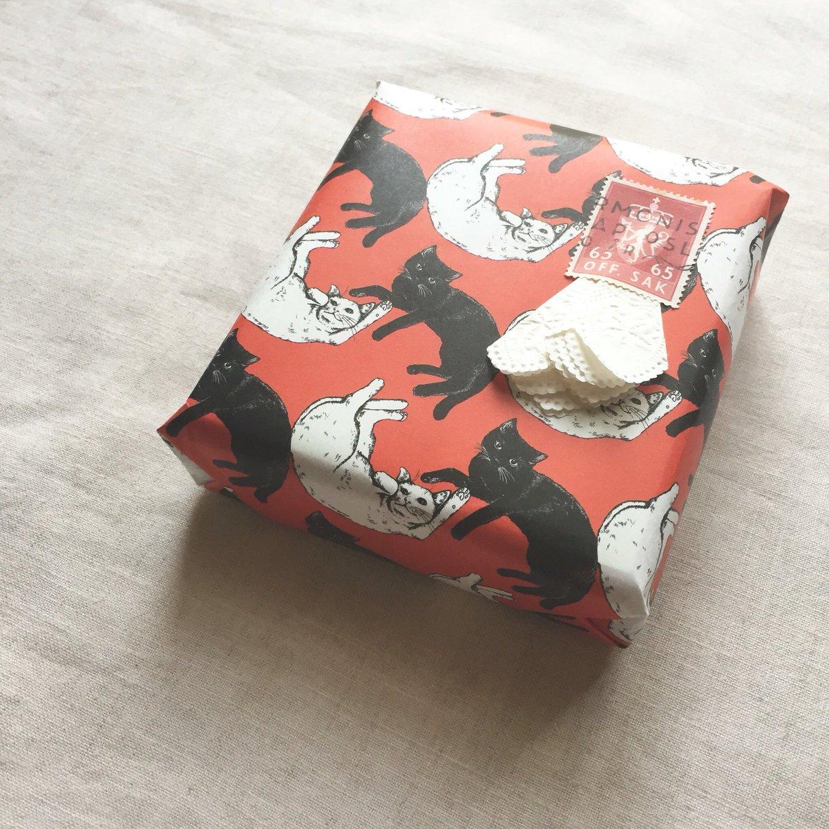 #阪急アリス展 作品紹介⑥ 白猫と黒猫の紙雑貨は、キティとスノードロップのよう… 赤い絨毯にごろん、とリラックス。 首にリボンを結んであげたくなりますね。 ラッピングペーパーは、これから来る贈り物の季節にぴったりです。 https://t.co/244egI2BmH