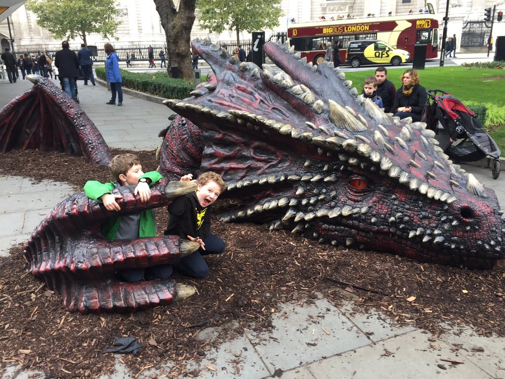 A dragon at St Paul's! (With two young dragon fighters) #findyourepic #bestintravel https://t.co/ZkGbhviQ3F