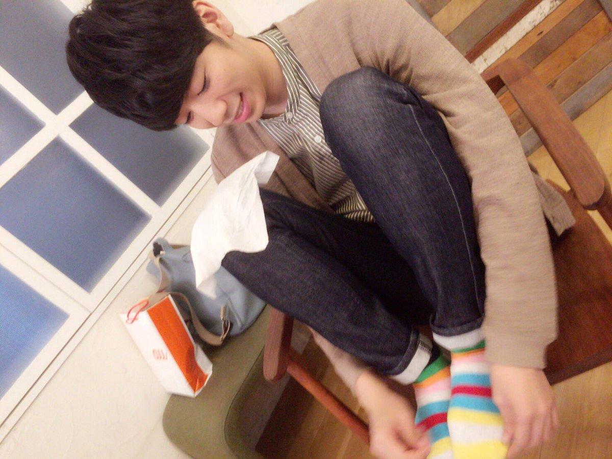 スタンバイ中に靴下の毛玉を処理する西山さん。 #健僕