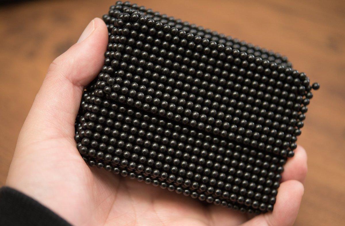 試作が来たよ黒い球型磁石。関節自作用途。価格まだ未定。4-5-6mm予定。受けの鉄ネジとかは考えてないです。ツメでは剥げないくらい表面強いです。金属の角で削ると地が出る。 https://t.co/fll5nvFlkb