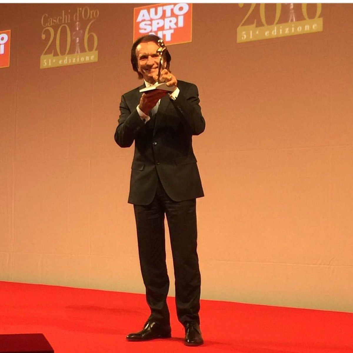 Huge congratulations to my grandfather @emmofittipaldi for winning the Legends Gold Helmet! You are a legend! https://t.co/SRFKo1vUbi