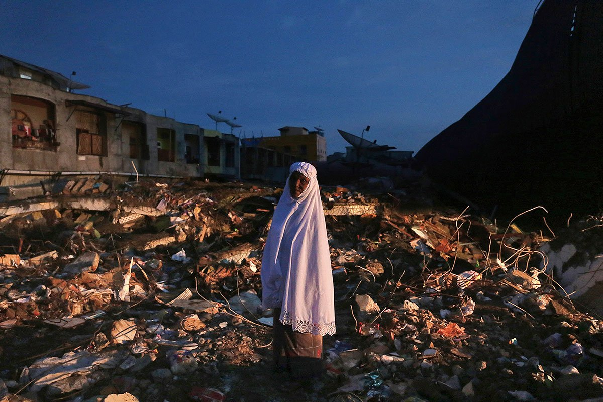 Indonesia earthquake: Rescuers search for survivors