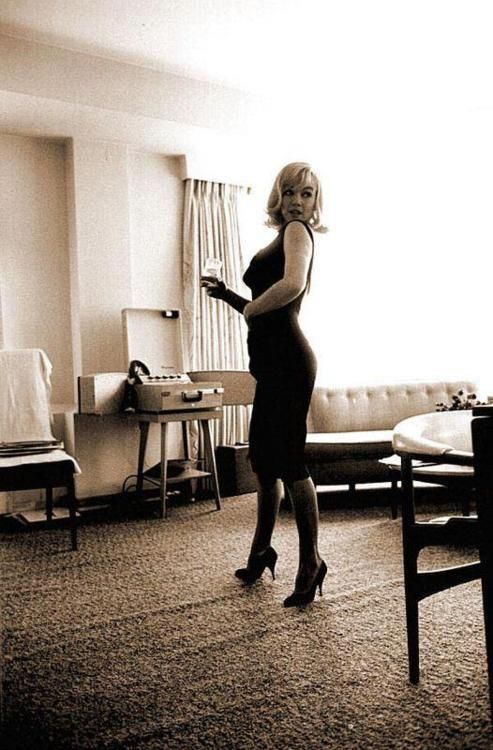 "Marilyn Monroe in her hotel room during the making of ""The Misfits,"" in 1960. https://t.co/N05saTRZhX"