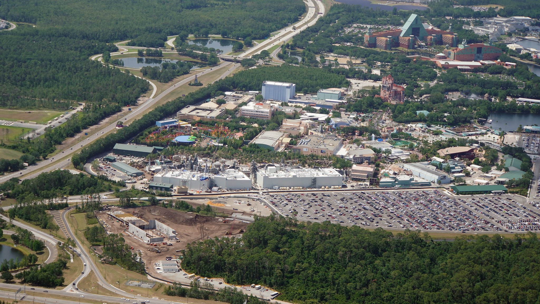 Aerial view of Star Wars Hotel (lower left) relative to Disney's Hollywood Studios and Epcot resorts. Hotel will have a small number of guests, said to be in a 2-day fully immersed story. https://t.co/12z61Z1thy