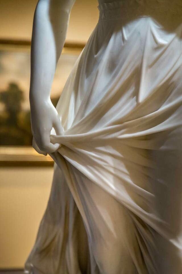 L'élégance des plis du marbre... https://t.co/JT3FmBXSVr