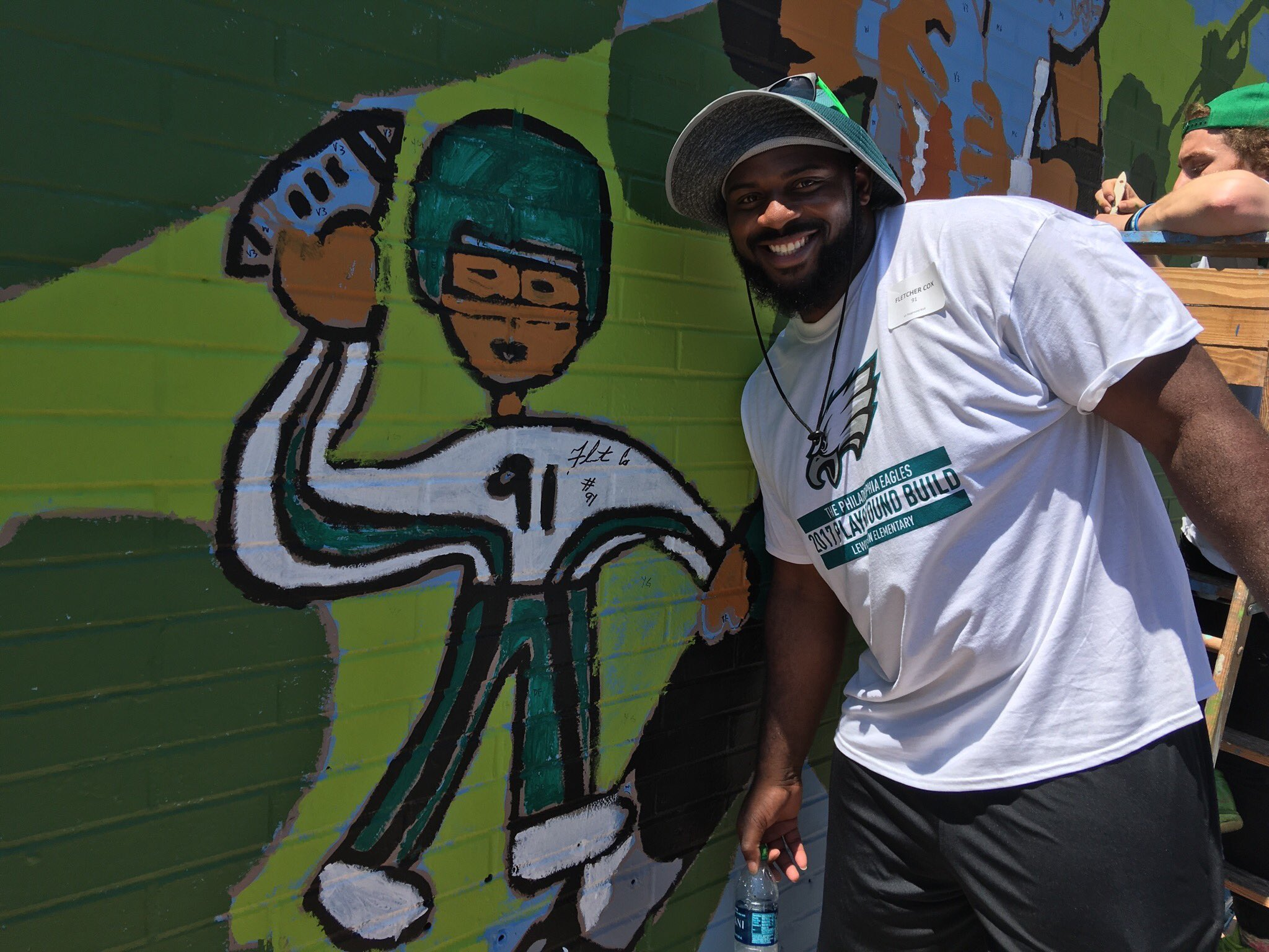 When you make a surprise cameo on a mural, you've got to sign it. #EaglesBuild https://t.co/fgytPW3nE3