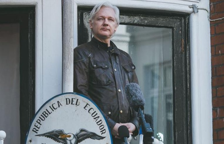 These are the first photos of Julian Assange as a free man: https://t.co/xp7EGD7Akk https://t.co/CnYf1oegxi