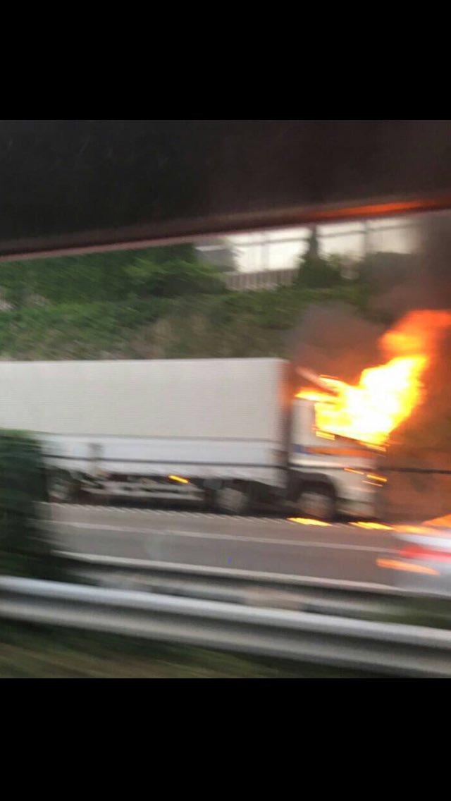 test ツイッターメディア - 17時30分レポート東名上り厚木手前39kpトラック炎上 消防未着これから渋滞すると思われるとの一報です https://t.co/bH22ckxzkI