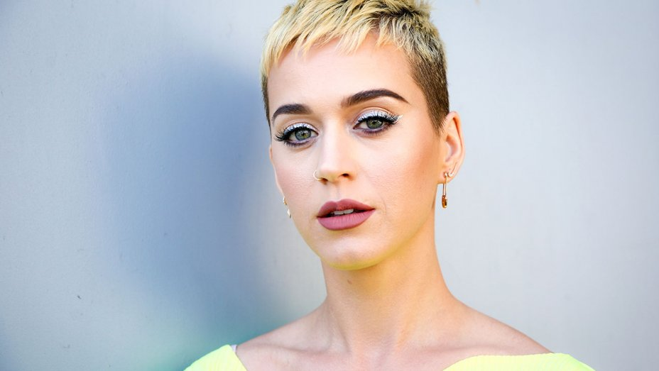 .@KatyPerry pays tribute to Manchester bombing victims at London concert