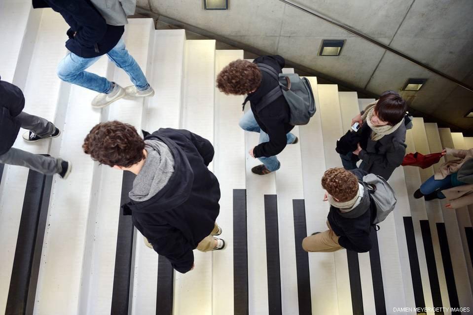 都市をもっと楽しく、世界各地の試み例えば、スウェーデンの首都ストックホルムにあるピアノ階段(写真)は、歩くと音が鳴るという。