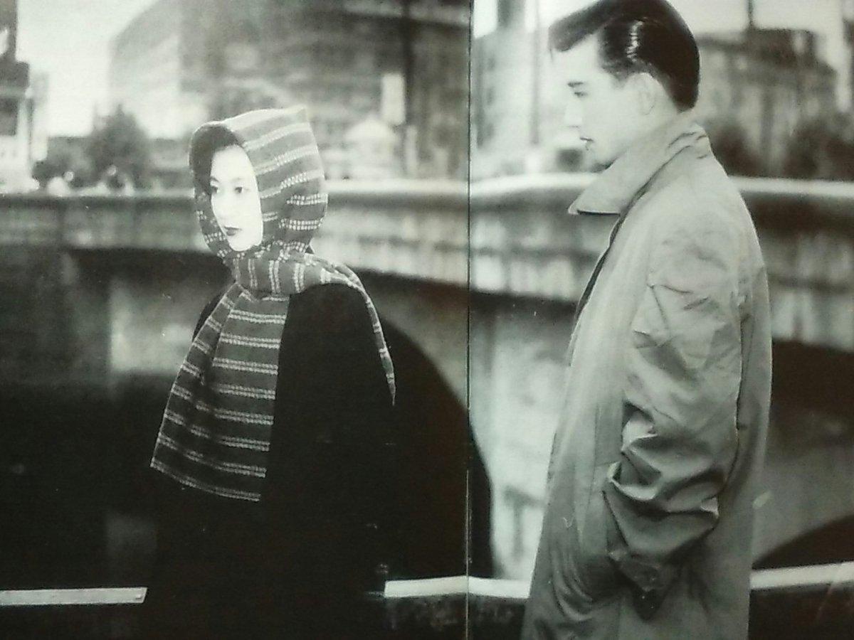 昭和28(1953)年に公開された映画「君の名は」です。左が真知子役の岸恵子で、写真にあるのがいわゆる「真知子巻き」で