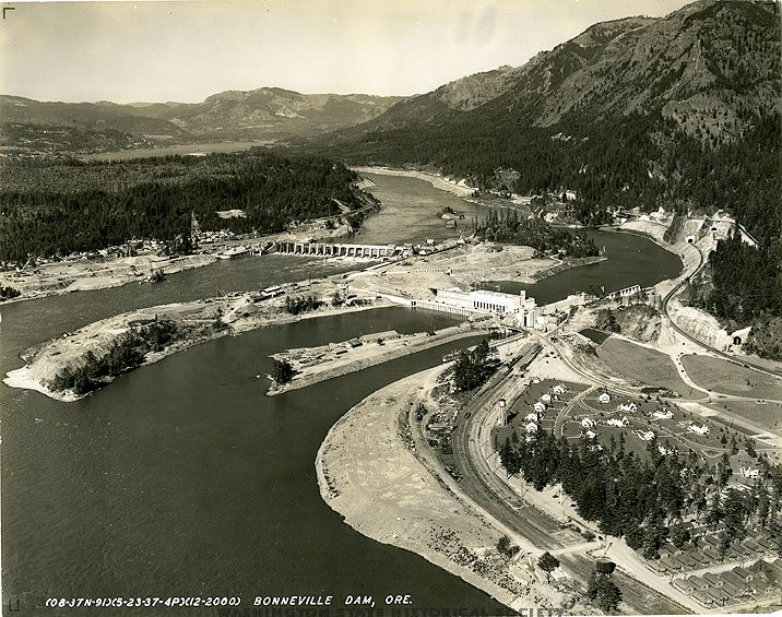 08AUG1937: #BonnevilleDam on #ColumbiaRiver begins producing power. Nation's largest water impoundment project of its type at #construction https://t.co/Jtdy0bzpBk