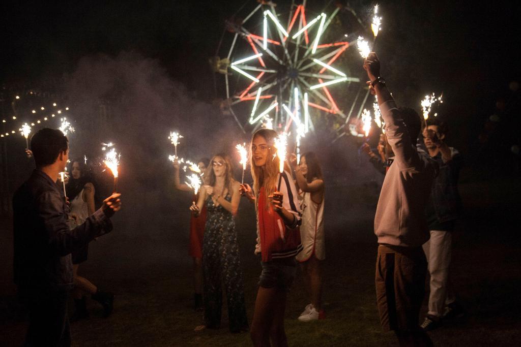 明るい光と人々の群れ。みんな、夏を楽しんでる?#TommyFragrances https://t.co/3nLLxcgbHA https://t.co/E5lNpalMx4