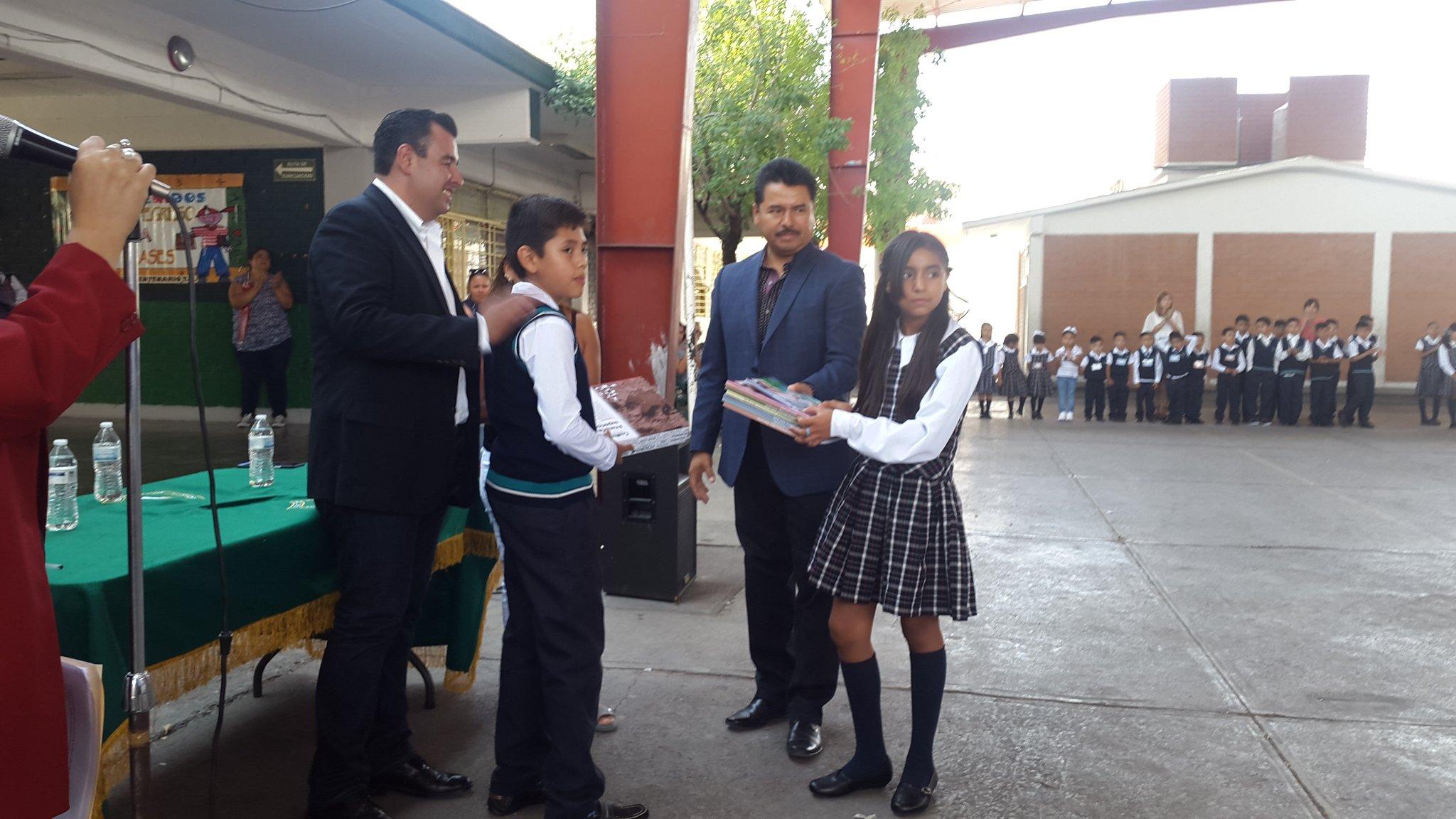 Feliz #RegresoAClases con libros de texto y paquetes escolares #EducaciónOrgulloDeCoahuila @EPN @rubenmoreiravdz https://t.co/5c2amM72rA