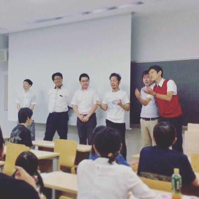 日本お笑い数学協会左から(なぞとき時の配役)さんきゅう倉田コバヤシ大魔王勇者ヒライ廊下の男 数学のお兄さん役人アキタ神様