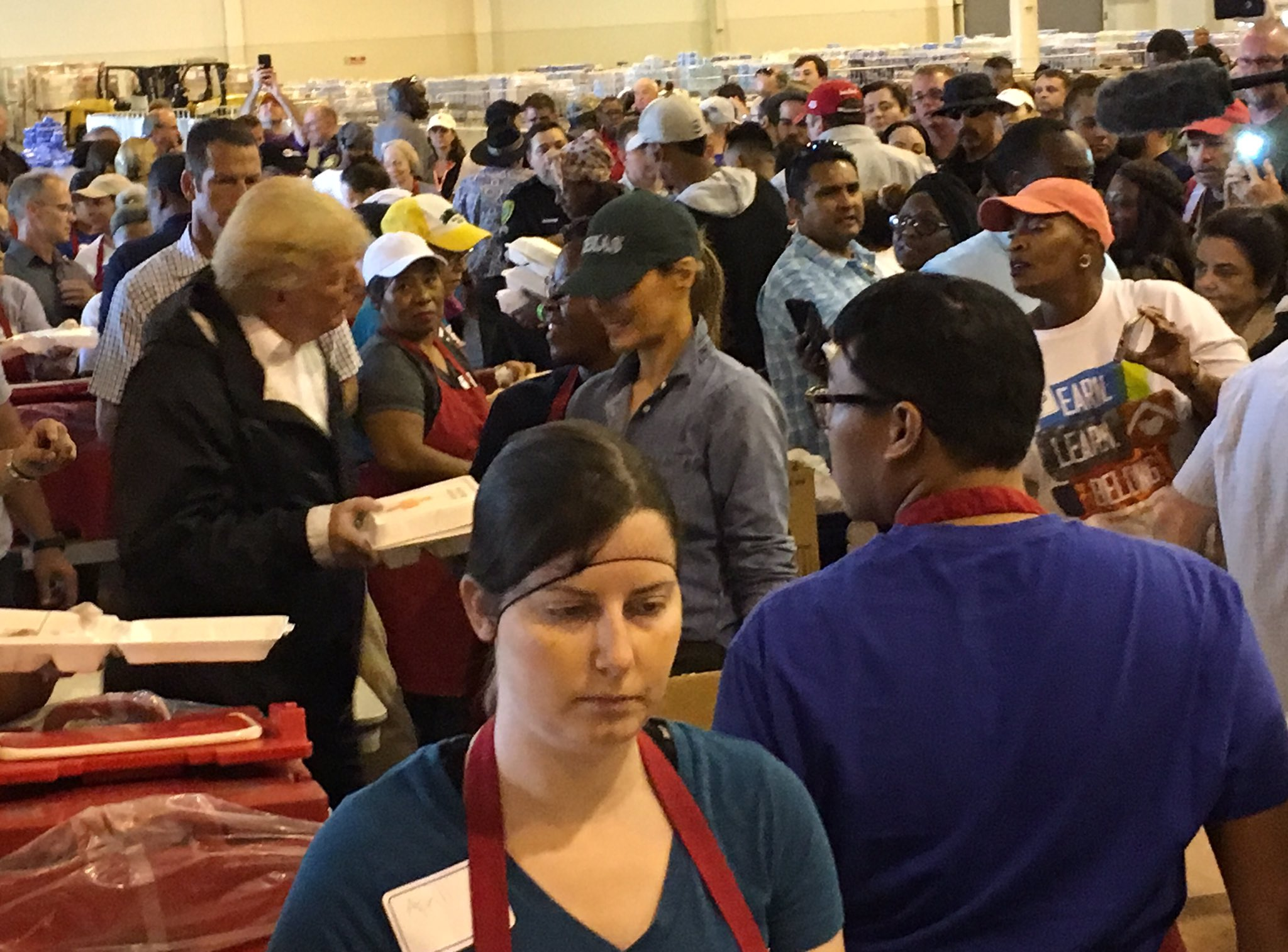 .@POTUS and @FLOTUS pass out lunch to storm survivors at relief center in Houston. #TexasStrong https://t.co/lmK5nnokbI