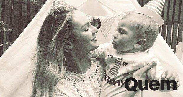 Candice Swanepoel. Foto do site da Quem Acontece que mostra Parabéns pro Anacã! Candice Swanepoel celebra um ano de seu primeiro filho