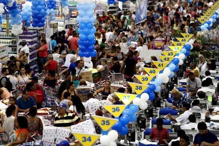 @BroadcastImagem: Clientes enfrentam longas filas no aniversário da rede de supermercado Guanabara, em Niterói. Fábio Motta/Estadão