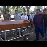 Adolescentes mortos por colega de sala são enterrados em Goiânia