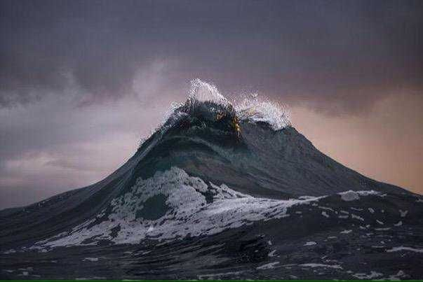 This wave looks like A mountain. https://t.co/ofMJSBUwdR