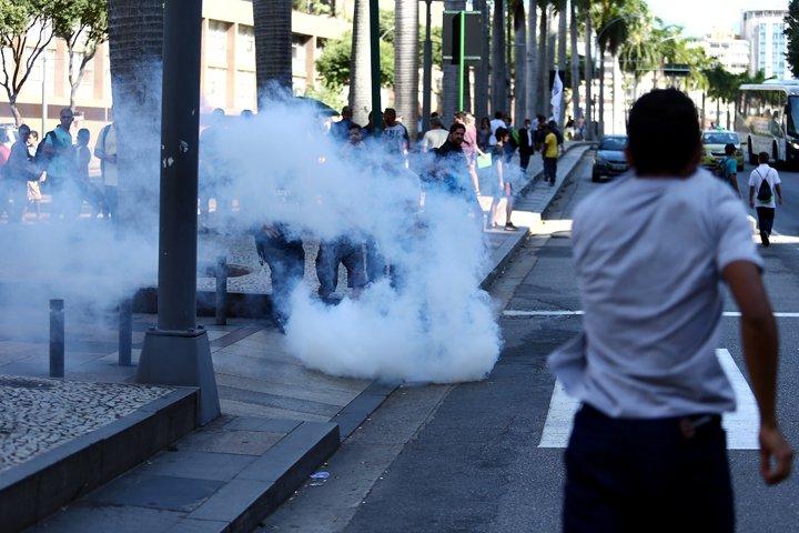 @BroadcastImagem: Confronto entre policiais e manifestantes no RJ durante votação da soltura de deputados do PMDB. Fábio Motta/Estadão