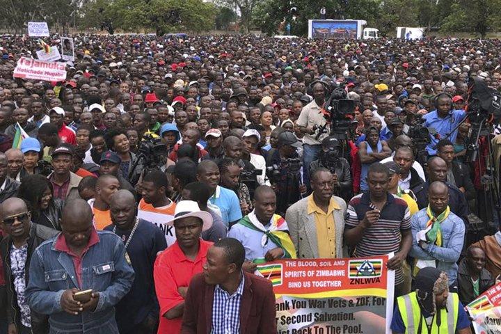 @BroadcastImagem: Multidão protesta na capital do Zimbábue e pede saída de Robert Mugabe. Ben Curtis/AP