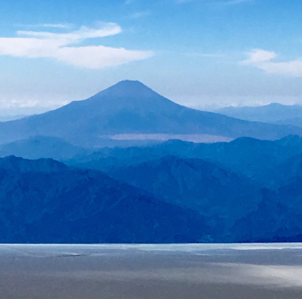 View of Mt. Fuji from Air Force 1 this morning en route to South Korea. #POTUSinAsia https://t.co/2xQINTVXs5