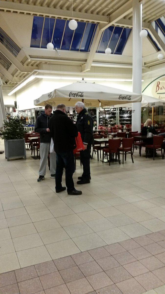 Forebyggelsen vest Odsherred på indsats i indkøbscentre og på gaden med foldere om Nabohjælp o.a. #politidk https://t.co/F8Z46Vr827