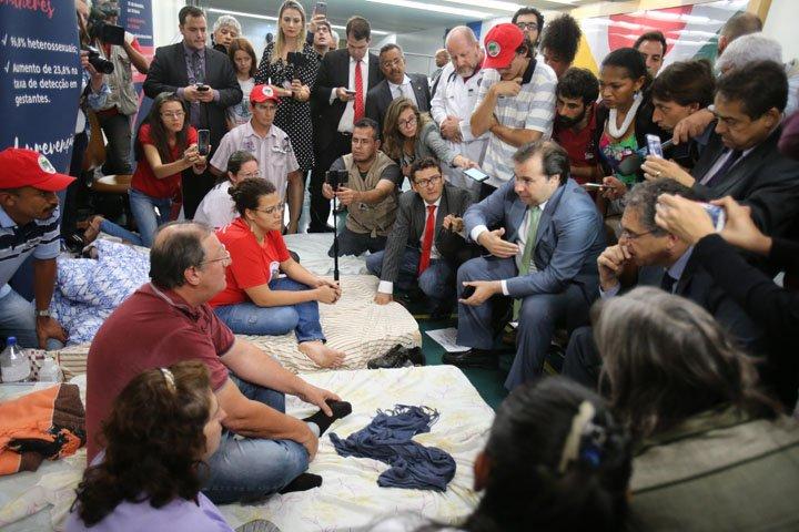 @BroadcastImagem: Maia se reúne com agricultores que fazem greve de fome contra a reforma. Dida Sampaio/Estadão