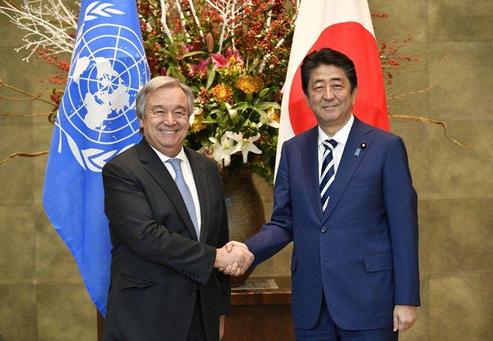 @BroadcastImagem: Antonio Guterres, da ONU, é recebido pelo premiê japonês, Shinzo Abe, em Tóquio. Franck Robichon/AP