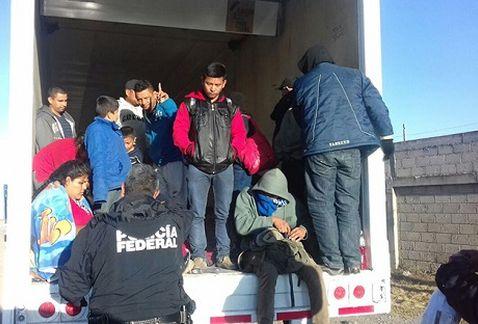 Encuentran a 29 migrantes abandonados en tractocamión sobre la autopista #Puebla-#Veracruz https://t.co/fCHcKhGKRz https://t.co/UnQmZQnulU