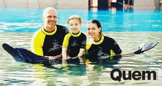 Fernando Scherer. Foto do site da Quem Acontece que mostra Sheila Mello e Fernando Scherer mostram golfinho para a filha, Brenda, em Dubai.