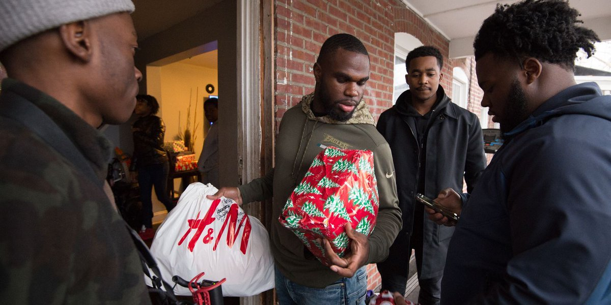 Eagles player helps Wilmington's single moms for holidays
