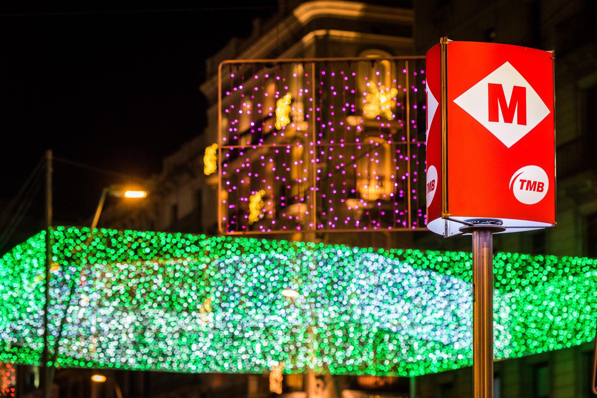 Et desitgem un feliç Any Nou! Per celebrar l'arribada del 2018 i durant tot l'any utilitza el transport públic #metrobcn #busbcn #viuelnadal. Viu el #capdanyBCN! https://t.co/8JBbSELHP9