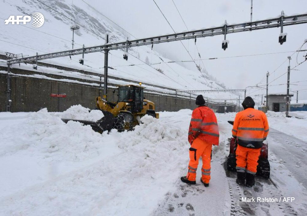 Heavy snowfall strands 13,000 tourists in Swiss Alps