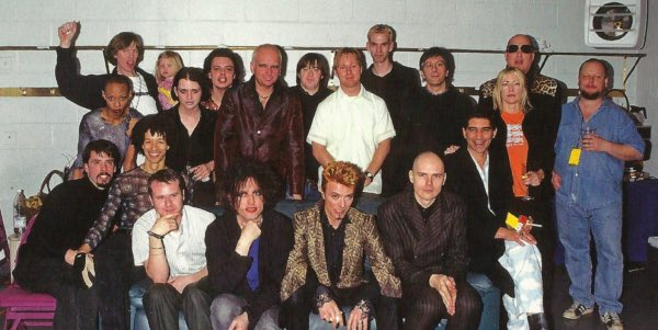 Remembering 21 years ago today , David Bowie's 50th Birthday concert in NYC https://t.co/XknCx27RvG