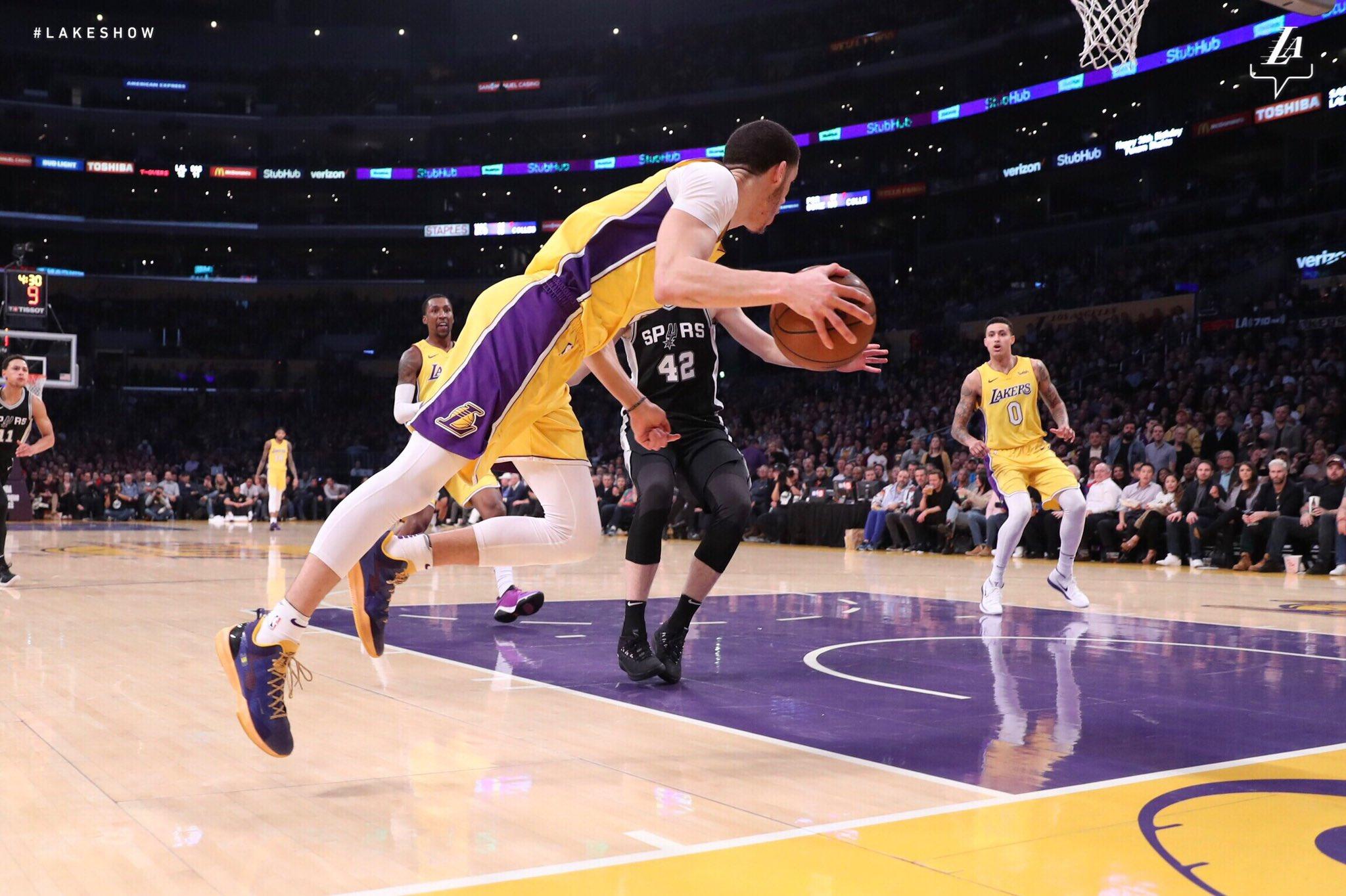 ��% Hustle  Lonzo Ball #NBAVote  Retweets = Votes �� https://t.co/YGCahCbLGW
