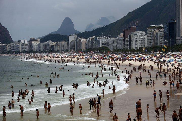 @BroadcastImagem: Banhistas aproveitam o domingo na Praia do Leme, zona sul do Rio de Janeiro. Fábio Motta/Estadão