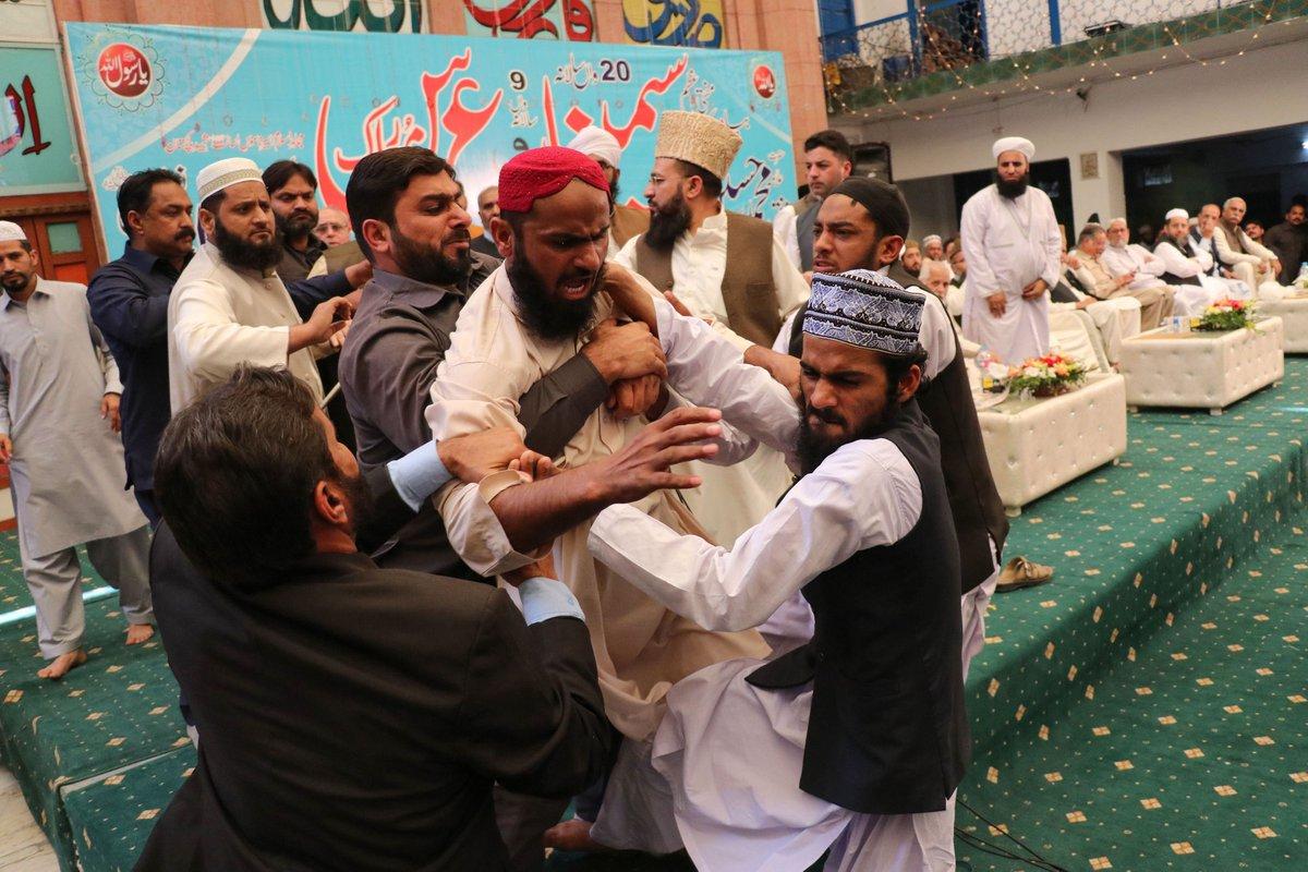 Bekas PM Pakistan kena baling kasut