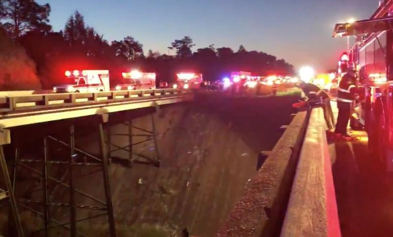 At least one dead as bus carrying students plunges into Alabama ravine https://t.co/EWFQ740W86 https://t.co/f3HkHtzL34