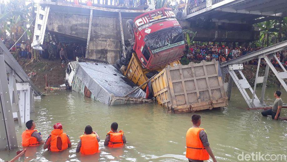 Kapolda Jatim Duga Faktor Usia Jadi Penyebab Jembatan Babat Ambrol https://t.co/fVh7gzRjF6 https://t.co/gMCfsGt0HV
