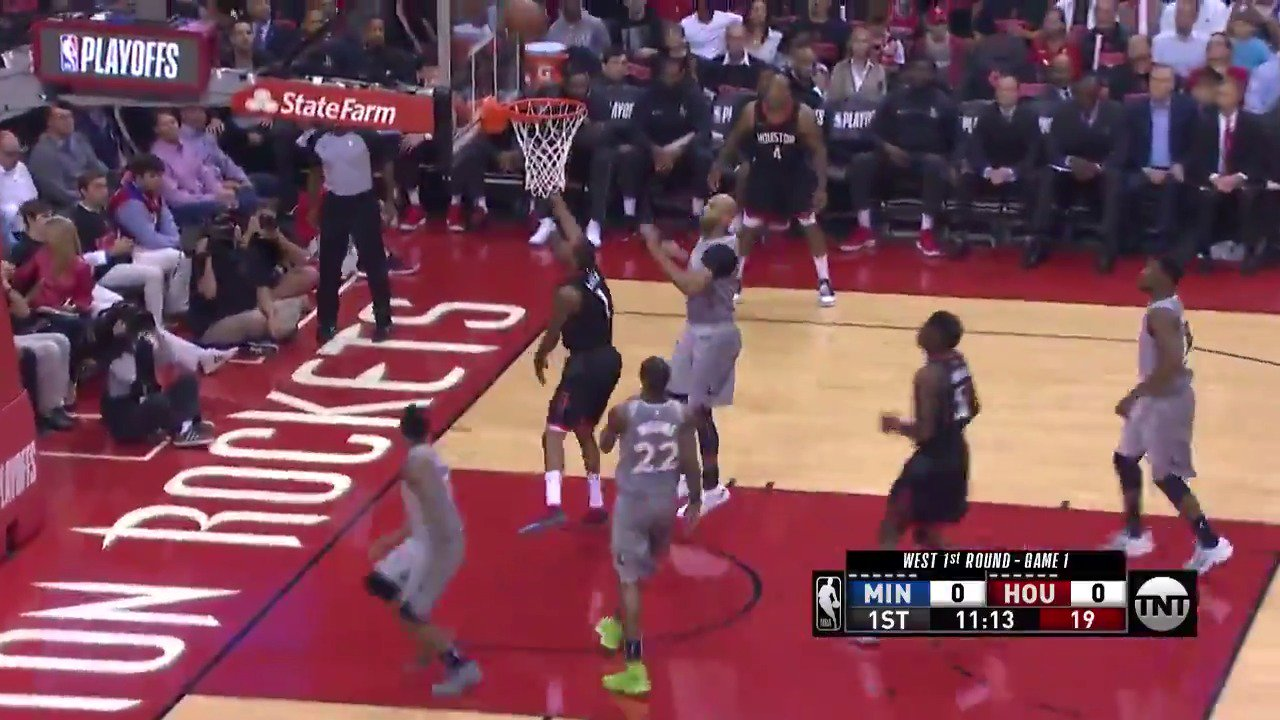 Harden hits Ariza for the reverse to open up play in Houston!  #Rockets x #AllEyesNorth  ��: @NBAonTNT https://t.co/8tmT5g5EE2