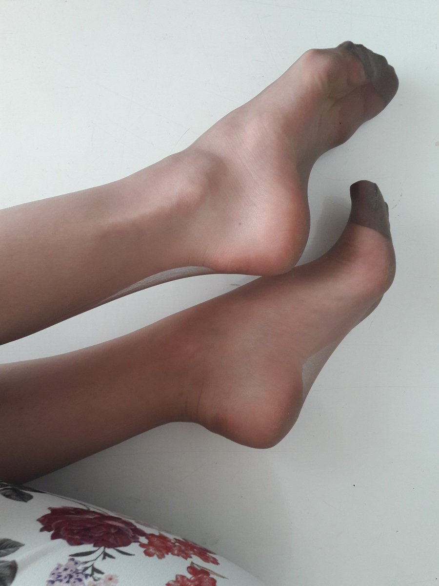 3 pic. #feet and #nylonfloat 👌 #higharches and #toecleavage 👸 M3KIgHjI5v