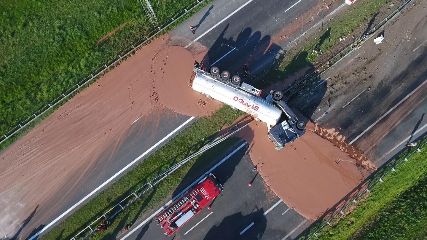 Motorway flooded by chocolate after truck crash https://t.co/BTNYa76pER https://t.co/BV5p5VYylO